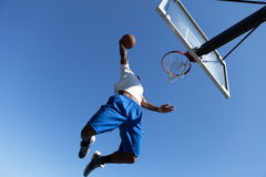 Homme trempant un basket-ball Photo stock