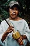 homme tribal de kogi avec son poporo le dispositif antique aidant la nation de tairona photos libres de droits