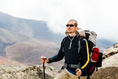 Homme trimardant en Himalaya de montagnes, Népal Photographie stock