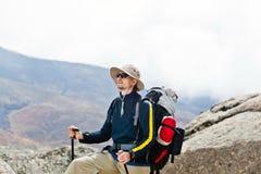 Homme trimardant en montagnes, Népal Photos libres de droits