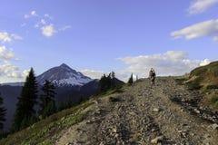 Homme trimardant pour compléter du papier peint de montagne image libre de droits