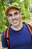Homme trimardant sur le journal de forêt photo libre de droits