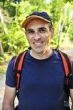Homme trimardant sur le journal de forêt Images libres de droits