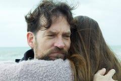 Homme triste étreignant l'amie se sentant négative et malheureuse Photo libre de droits