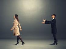 Homme triste appelle la femme sortante Image libre de droits