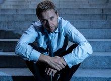 Homme triste déprimé d'affaires dans le désespoir total abattant la séance désespérée et frustrante dans des escaliers de ville images stock