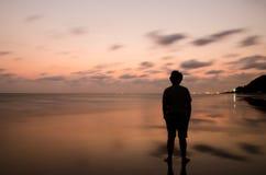 homme triste dans le temps de coucher du soleil Photos stock