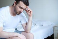 Homme triste et bouleversé se réveillant pendant le matin photographie stock
