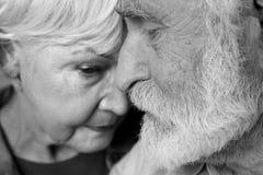 Homme triste et femme mûrs collant entre eux Photos libres de droits