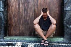 Homme triste et pauvre de dépression - sur la rue Image libre de droits