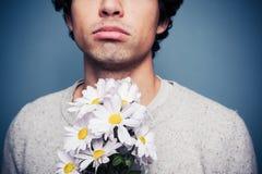 Homme triste et rejeté avec un bouquet des fleurs images stock