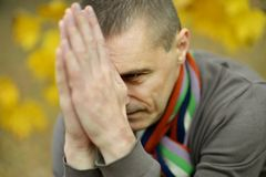 Homme triste pour une promenade Image stock