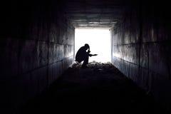 Homme triste s'asseyant dans le tunnel Image libre de droits
