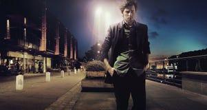 Homme triste seul marchant la nuit Images stock