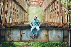 Homme triste sur le pont abandonné images stock