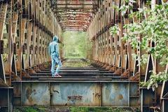 Homme triste sur le pont abandonné photographie stock