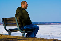 Homme triste sur un banc photos stock