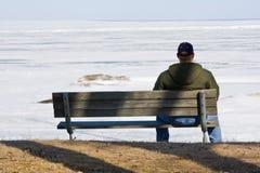 Homme triste sur un banc Photographie stock libre de droits