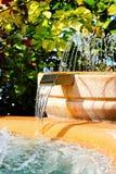 Homme tropical effectué fontaine d'eau et cascade à écriture ligne par ligne Images libres de droits