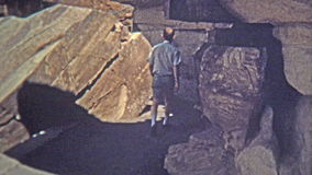 1972 : Homme trouvant le dessin de Natif américain de Navajo en caverne du sud-ouest clips vidéos