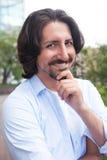 Homme turc attirant avec la barbe riant dehors de l'appareil-photo Images libres de droits