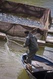 Homme turc tirant dans les poissons aux montagnes de Toros Photos stock