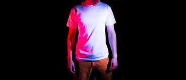 Homme, type dans le support blanc vide de T-shirt sur un fond noir, moquerie, l'espace libre, logo, conception, calibre pour la c Image stock