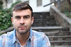 Homme unique avec un oeil bleu et un oeil brun image libre de droits