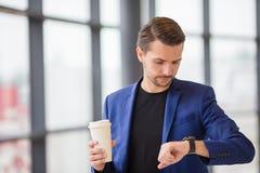Homme urbain avec du café à l'intérieur dans l'aéroport Veste de port de costume de jeune garçon occasionnel Homme caucasien avec Images stock