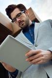 Homme urbain d'affaires avec l'ordinateur portable dehors dans l'aéroport Photographie stock