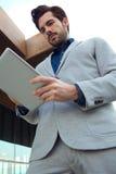 Homme urbain d'affaires avec l'ordinateur portable dehors dans l'aéroport Image stock