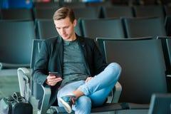 Homme urbain d'affaires parlant au téléphone intelligent voyageant à l'intérieur dans l'aéroport Veste de port de costume de jeun Photos stock