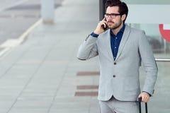 Homme urbain d'affaires parlant sur le smartphone Image stock