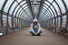 Homme urbain de rue dans hoody images libres de droits