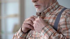 Homme utilisant la chemise à carreaux et les bretelles, vêtements démodés pour le travail image libre de droits