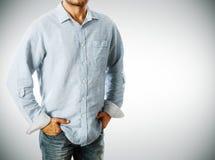Homme utilisant la chemise occasionnelle Photo libre de droits