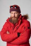 Homme utilisant la veste rouge d'hiver images libres de droits