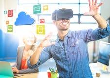 Homme utilisant le casque de réalité virtuelle de VR avec l'interface image libre de droits