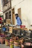 Homme utilisant le chapeau français de baie au marché français traditionnel image libre de droits