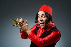 Homme utilisant le chapeau rouge de Fez Photo stock