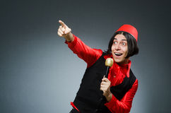 Homme utilisant le chapeau rouge de Fez Photographie stock libre de droits