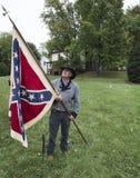 Homme utilisant le costume historique tenant le drapeau confédéré Images libres de droits