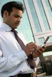Homme utilisant le mobile Image libre de droits
