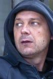 Homme utilisant le pull molletonné à capuchon Images stock