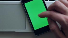 Homme utilisant Smartphone clips vidéos