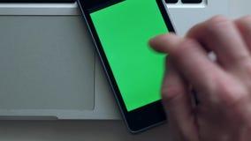 Homme utilisant Smartphone banque de vidéos