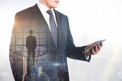 Homme utilisant Smartphone Images stock