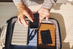 Homme utilisant Smartphone photos libres de droits