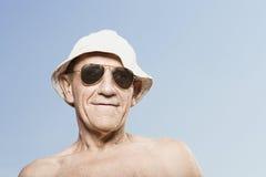 Homme utilisant un chapeau de soleil et des lunettes de soleil Image stock