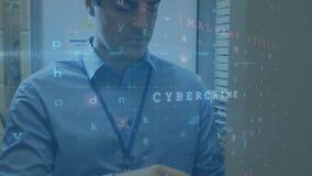 Homme utilisant un Tablet PC dans une salle de serveur pendant que les messages de sécurité se déplacent au premier plan illustration libre de droits